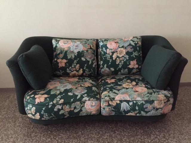 Divano mi due posti imbottito sconto 60 divani a for Divano 60 cm