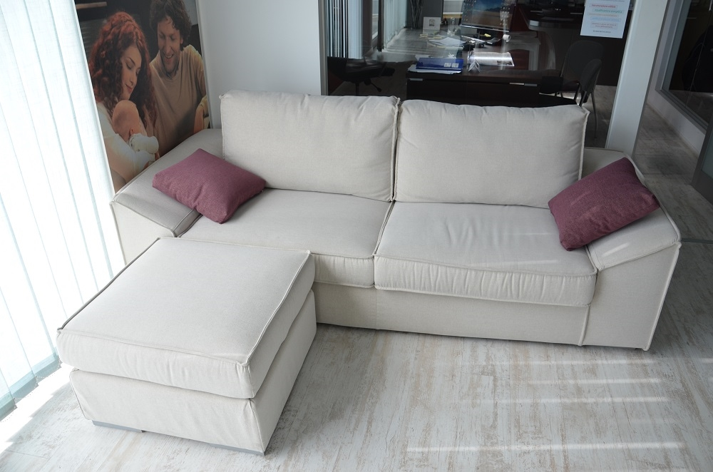 Divano mod dado 3 posti con pouff divani a prezzi scontati for Divano con pouf