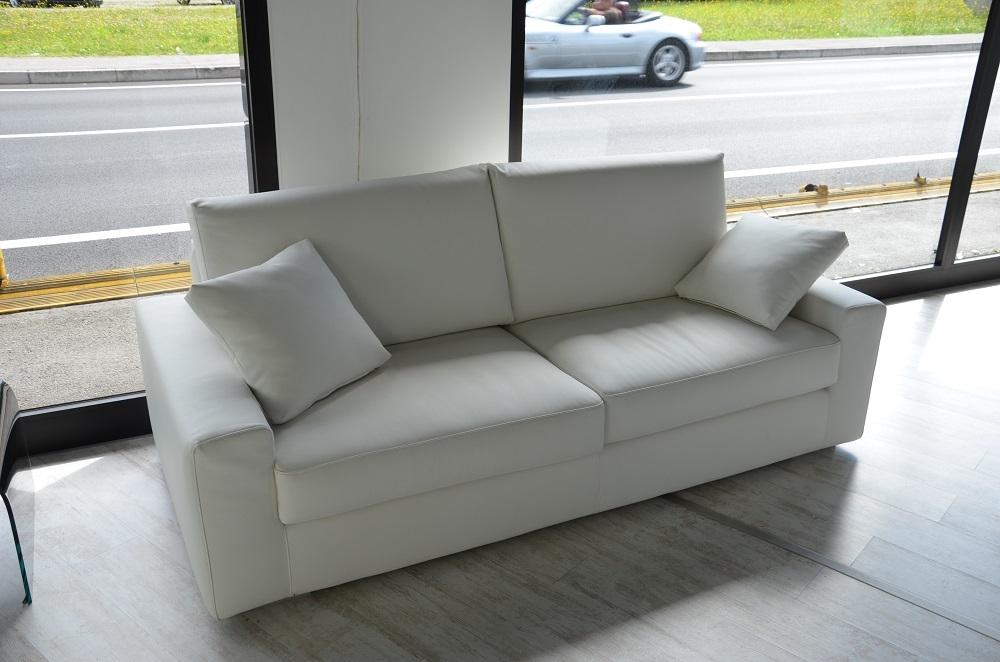 Divano mod tokio 3 posti in ecopelle bianca divani a for Divani offerta mondo convenienza