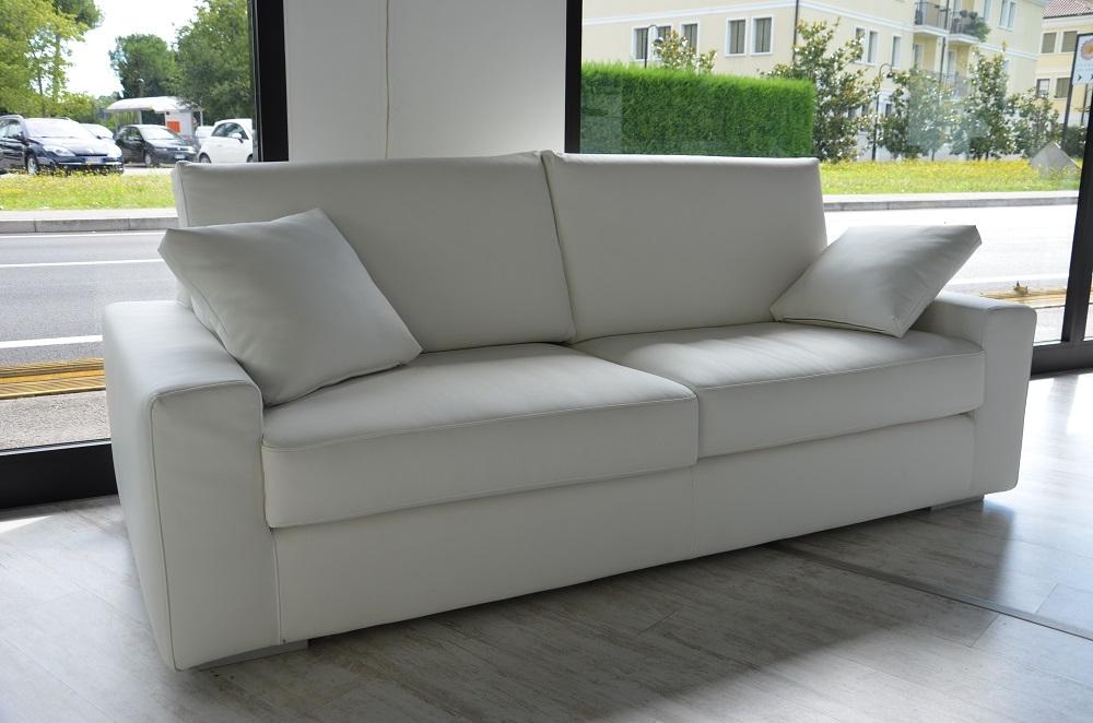 Divano mod tokio 3 posti in ecopelle bianca divani a for Divani a tre posti