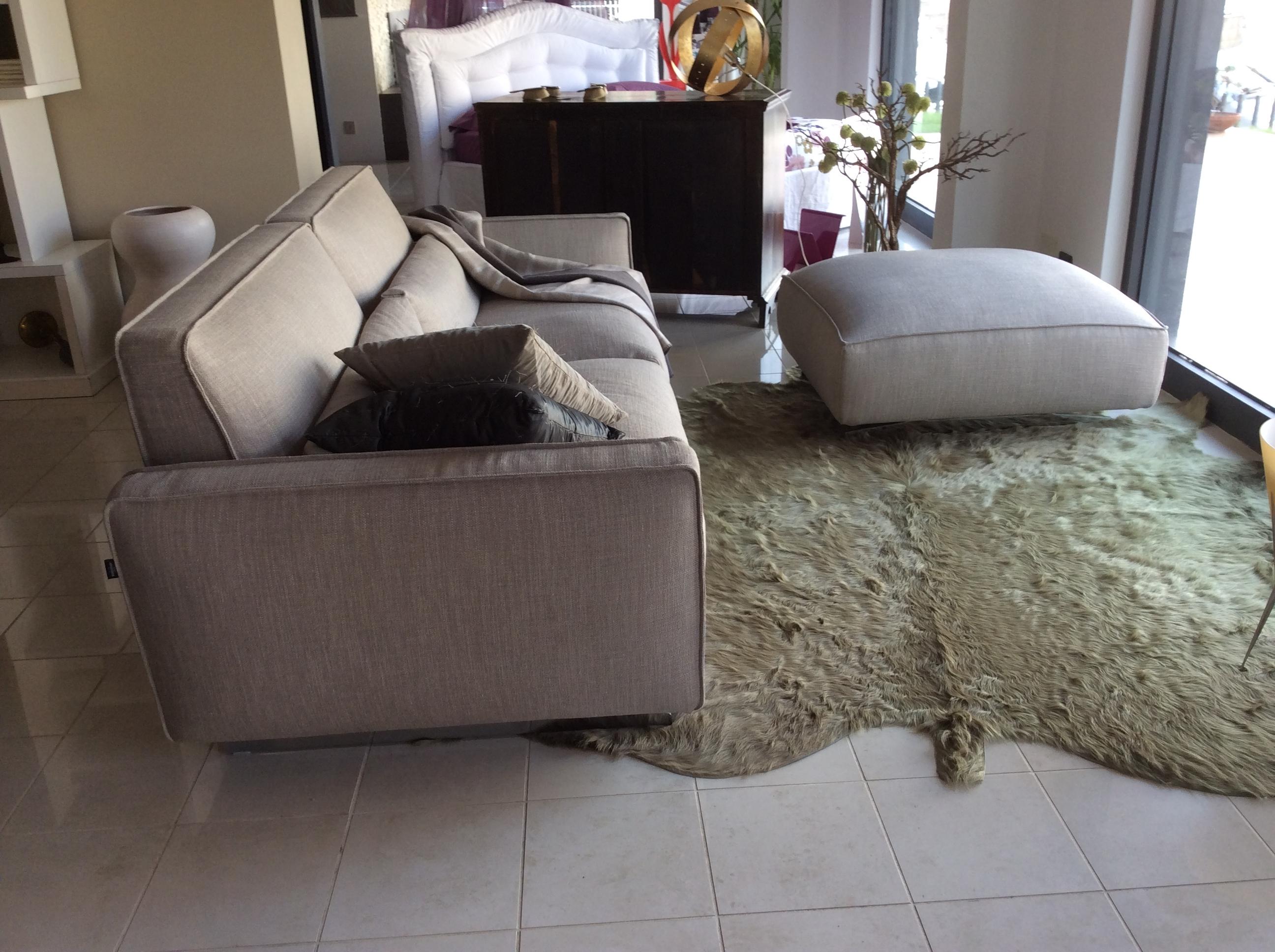Divano modello mizar con pouff divani a prezzi scontati for Divano pouf