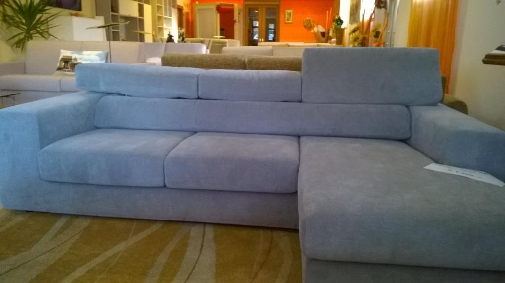 Divano moderno con chaise longue in tessuto antimacchia for Divani moderni con chaise longue