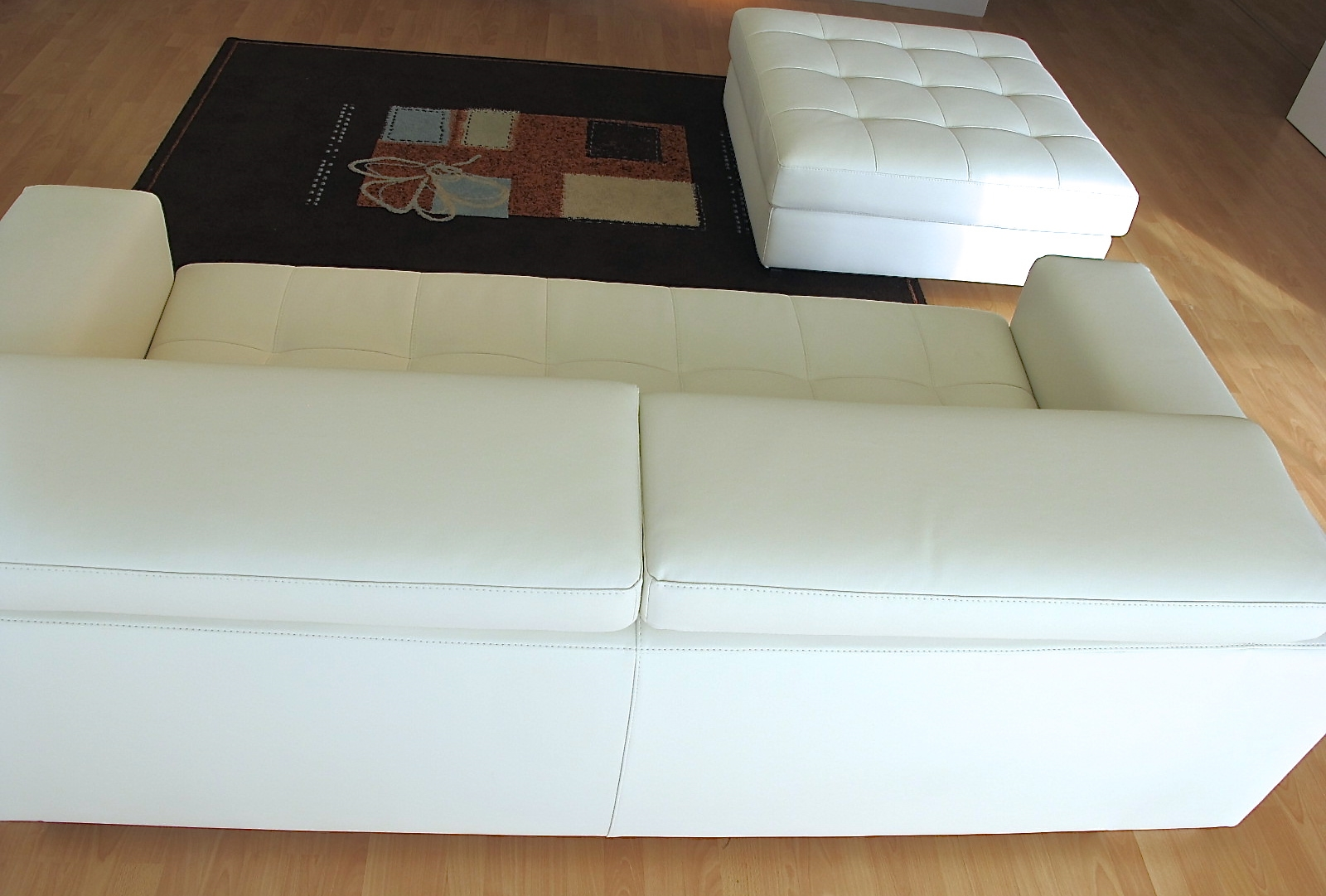 Divano bianco ecopelle idee per il design della casa for Rivestire un divano quanto costa