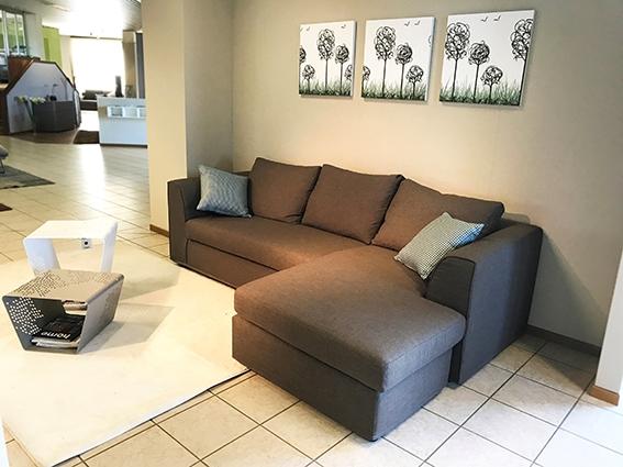 Divano rigo salotti alfa divani con chaise longue for Alfa arredamenti