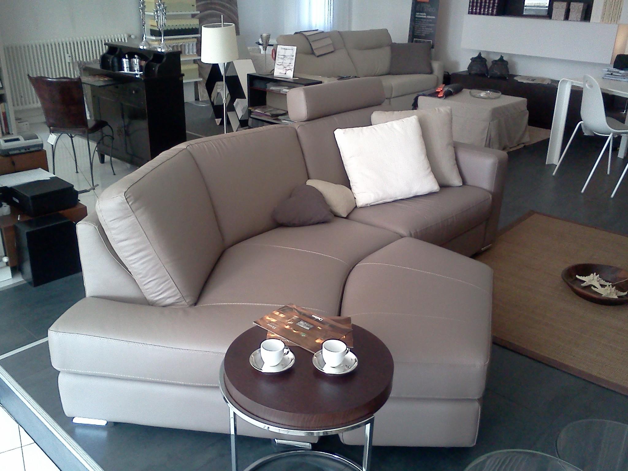 Divano semi angolare pelle divani a prezzi scontati for Divano particolare