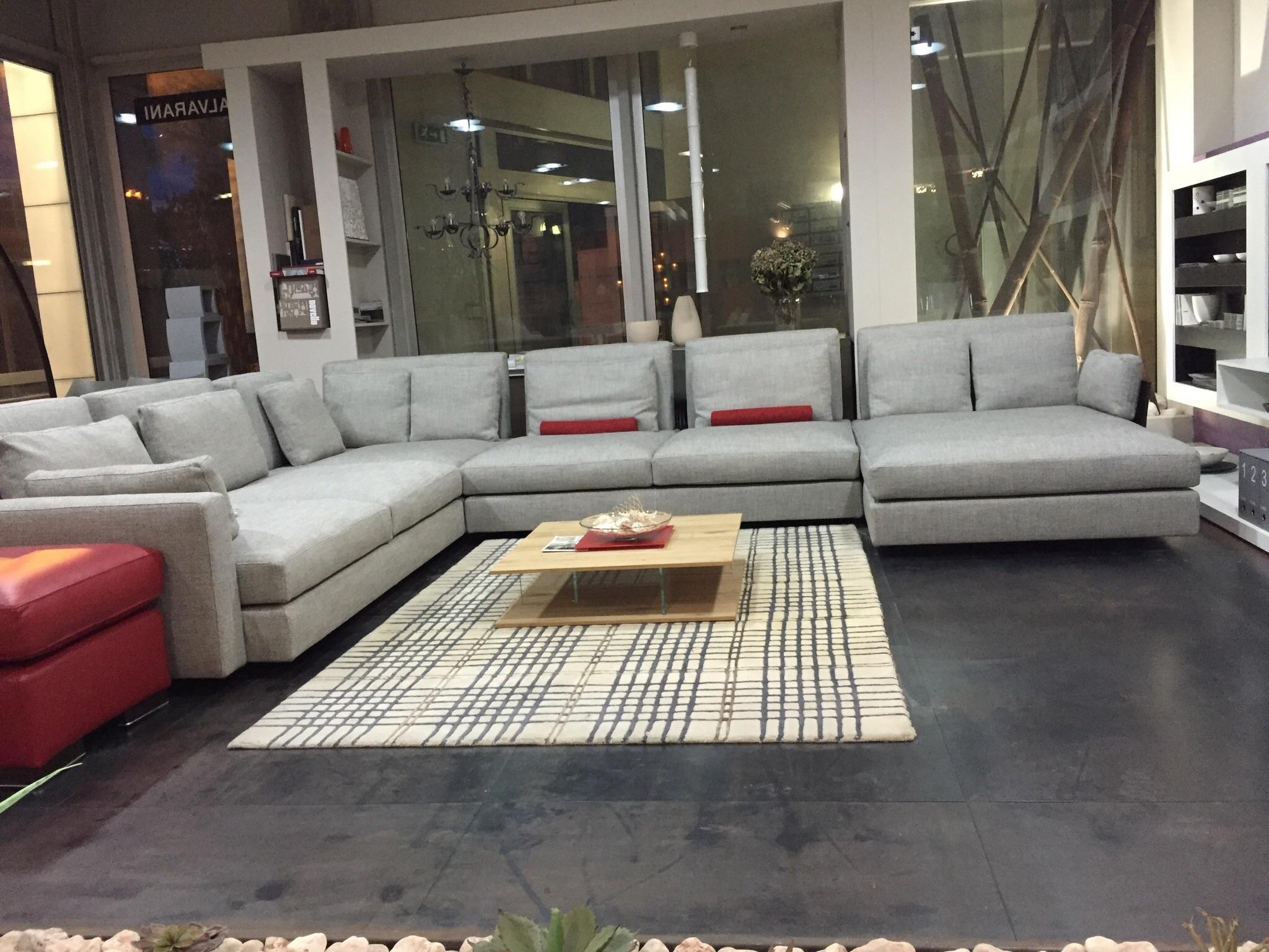 Divano swan hemingway divani con chaise longue divani a for Divano con mobile incorporato