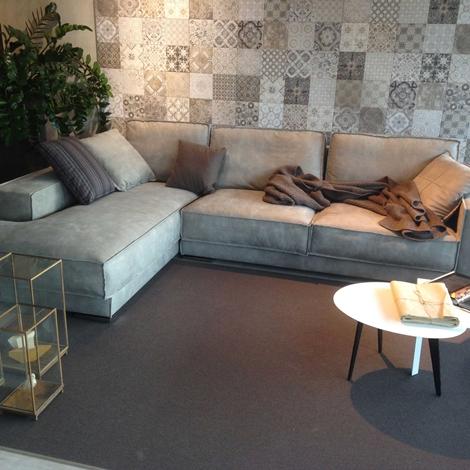 Divano pelle con chaise longue idee per il design della casa for Divani e divani costi