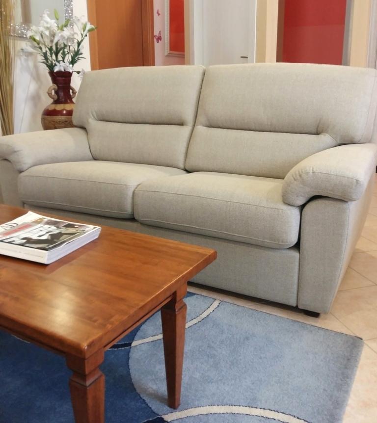 Divano tre posti scontato in tessuto divani a prezzi for Divano tessuto