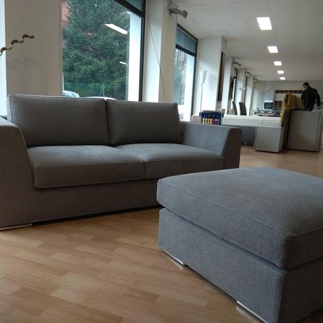 Ottimo divano in tessuto subito visionabile completo di for Subito varese arredamento
