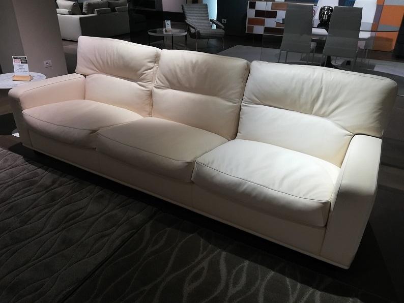Poltrona frau divano salome 39 scontato del 30 divani a for Outlet del divano