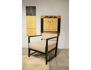 Poltrona Isotta di Porada con struttura in massello di rovere nella finitura tinto wengè. Seduta rivestita in Alcantara. Offerta Outlet Mobilgross. Scontata del -50%.