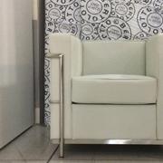 Poltrona Le Corbusier design LC 2 , in ecopelle colore bianco e struttura cromata , produzione italiana.