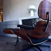 Poltrona + Poggiapiedi Esprit Nouveau Production , modello Ottoman E/83/84/P design Charles Eames - scocca Palissandro curvato , rivestimento pelle lusso color nero,base a 5 razze in fusione alluminio verniciato nero.