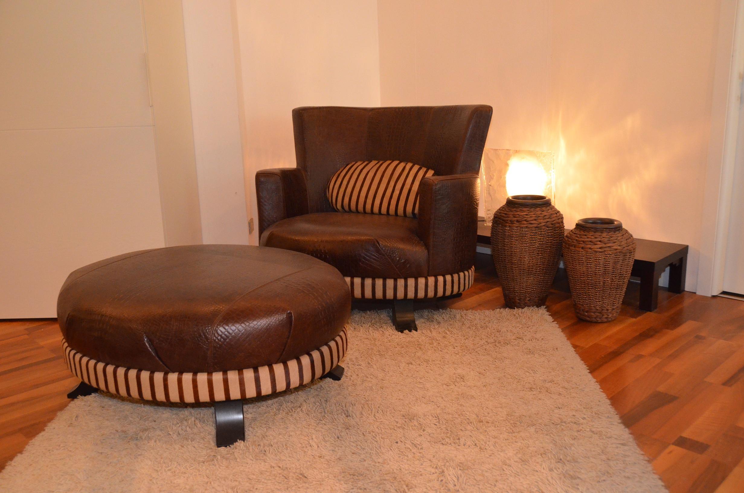 Poltrona smania modello hambo in pelle con pouff divani for Arredamenti bologna e provincia