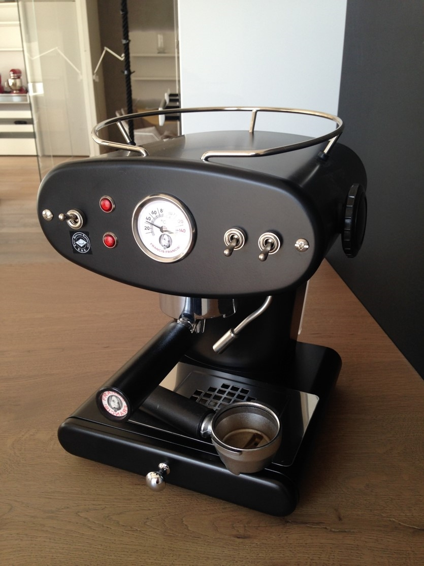 http://www.outletarredamento.it/img/elettrodomestici/macchina-da-caffe-macinato-x1-francis-francis-colore-nero-illy-caffe-scontata-del-45_O2.jpg