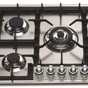 Piano cottura Ilve modello HP75C/I. Piano Linea Professional a cinque bruciatori ad alta efficienza.