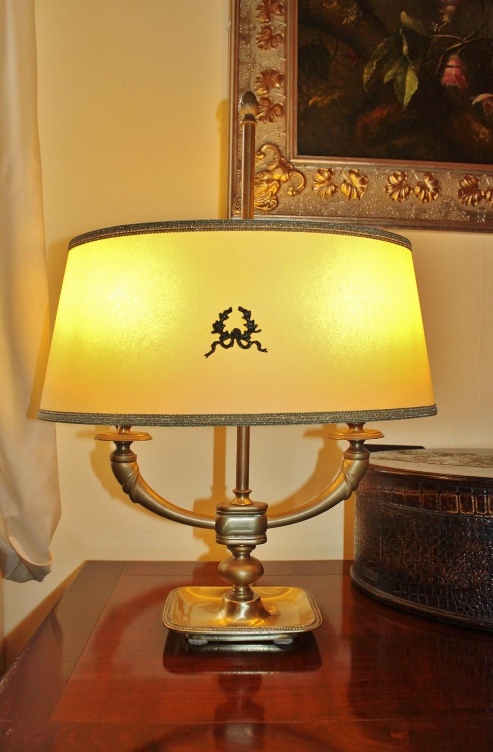 Lampada da tavolo grande a due luci in ottone anticato for Lampada da tavolo grande