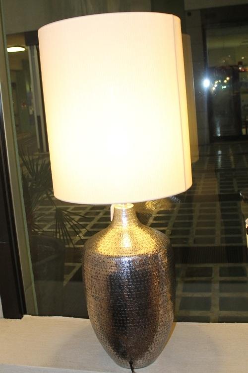 Illuminazione Lampada da tavolo base metallo martellato paralume tessuto - Il...