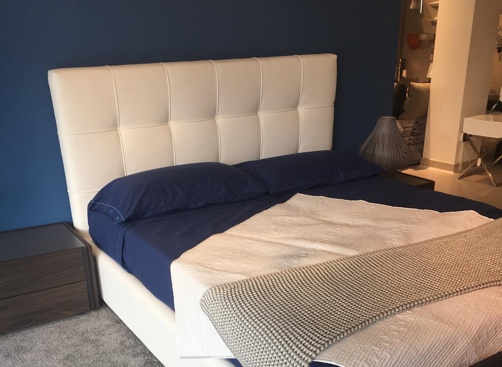 Town, letto moderno imbottito in ecopelle bianco con contenitore - Letti a prezzi scontati
