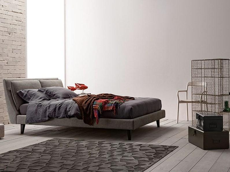 Letto design con gambe mod attico twils a prezzo scontato for Letti outlet design