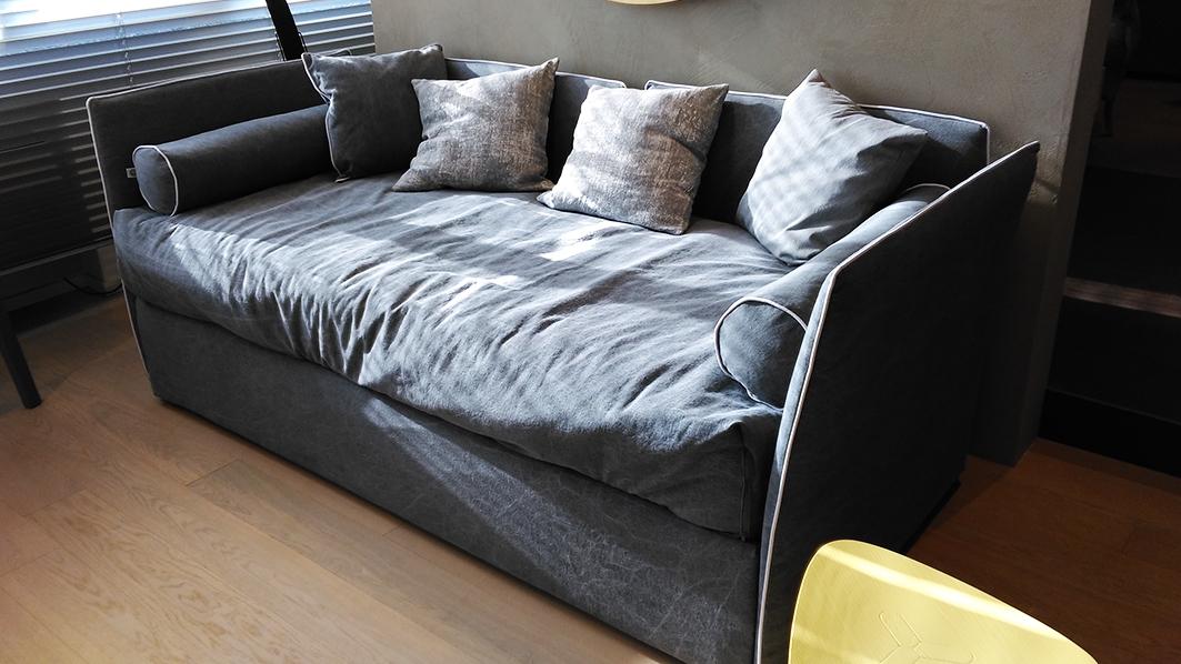 Letto divano gervasoni in tessuto con secondo letto for Divano con letto estraibile