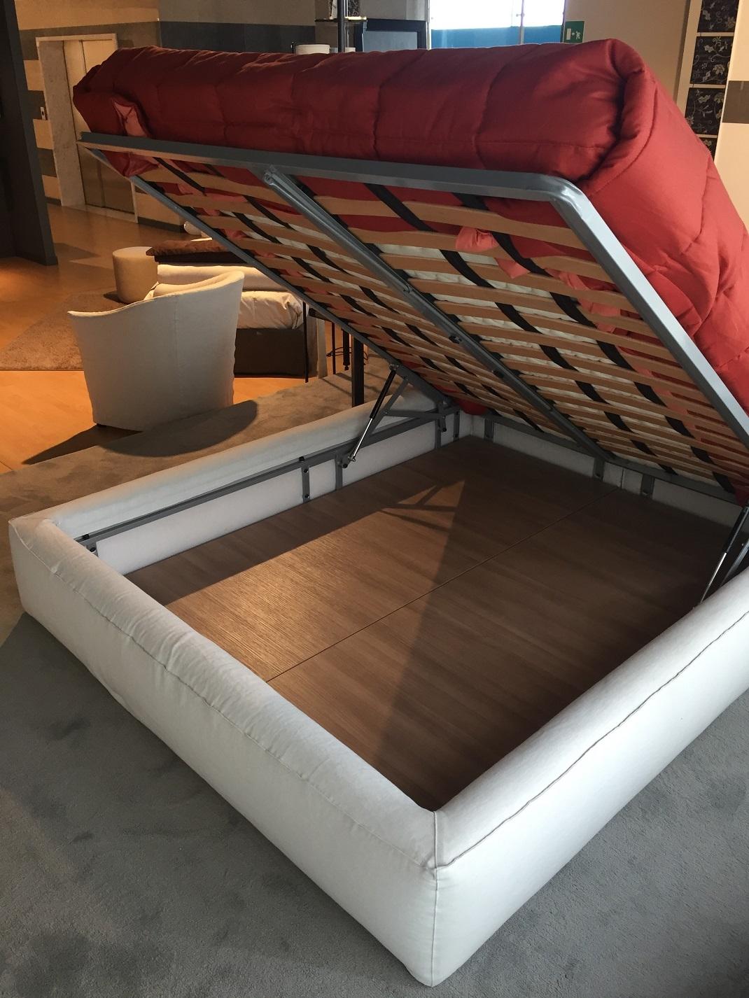 Letti matrimoniali semplici letti outlet camere da letto for Outlet arredamento calenzano