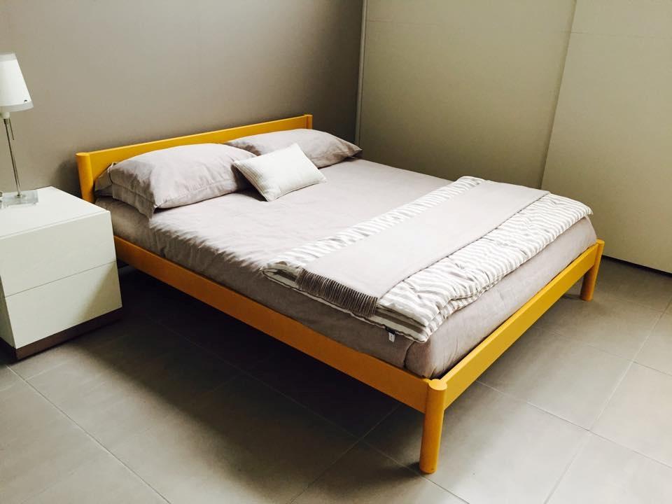 Letto matrimoniale in legno colore giallo senape - 80% - Letti a prezzi scontati