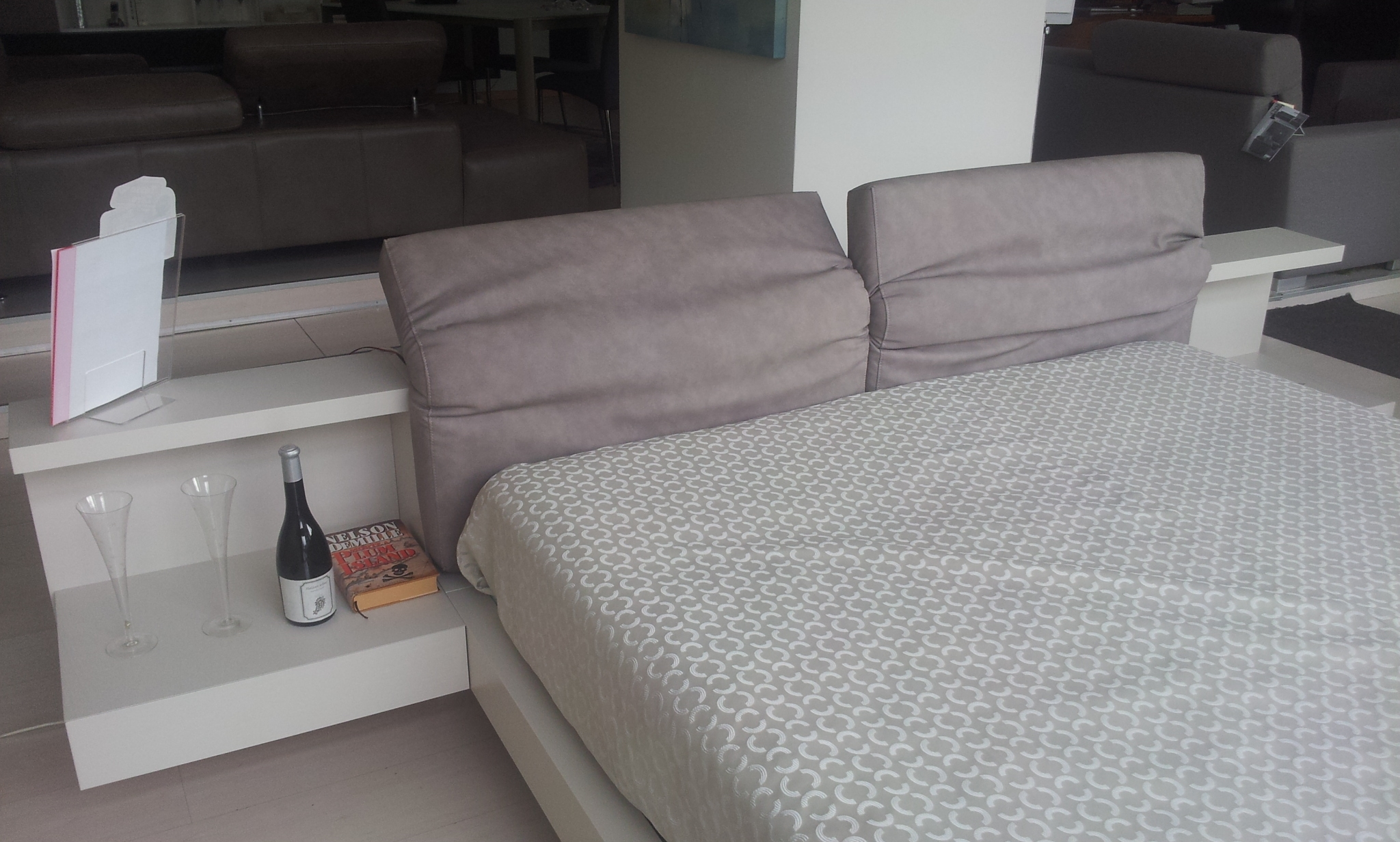 Abbinare letto e comodini idee per il design della casa - Comodini sospesi ikea ...
