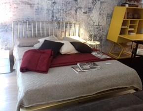 Letto moderno con giroletto Urbino ottone galv. spazzolato di Cantori a prezzo ribassato
