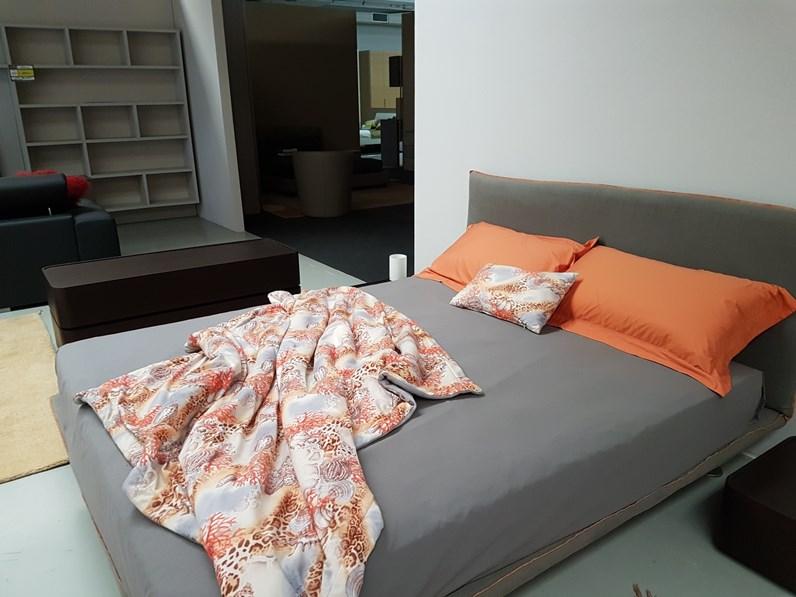 Letto moderno in lino grigio con gambe bravo della for Visma arredo outlet
