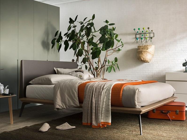 Offerta per un letto in legno con piedini in metallo scontato del -25%