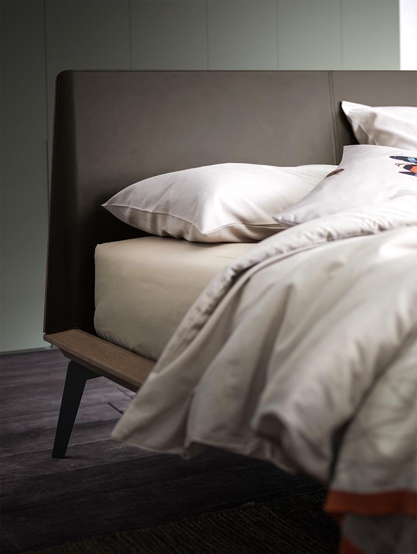 Offerta per un letto in legno con piedini in metallo for Alf arredamenti