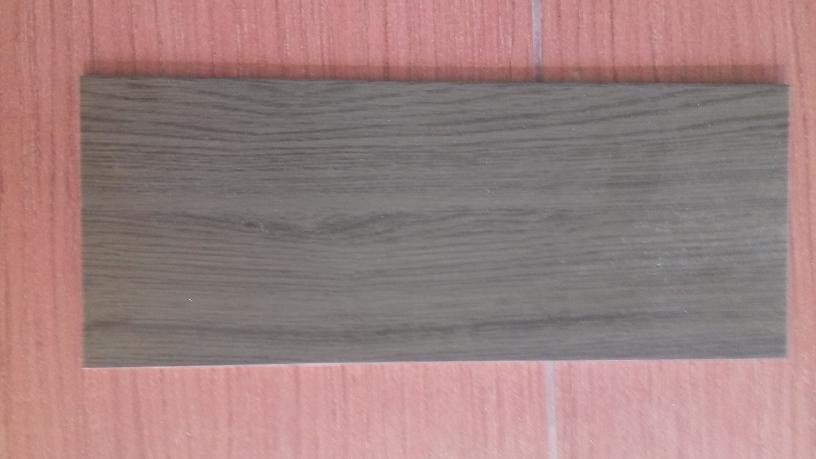Pavimento piastrelle effetto legno in stock ufficio for Piastrelle 90x90 prezzi