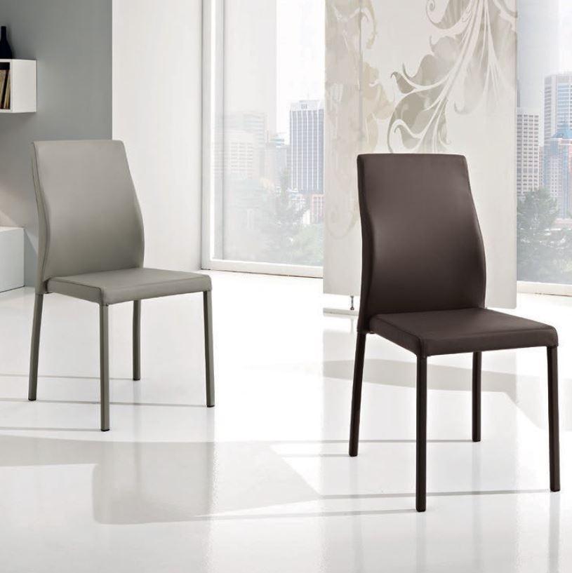 Sedie da pranzo moderne finest bakaji set sedie moderne for Sedie nere ecopelle