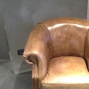 Poltrona rivestita in pelle di bufalo con piedini in legno