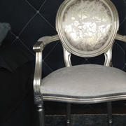 Poltrona Remix, Modà, struttura rivestita in foglia d'argento