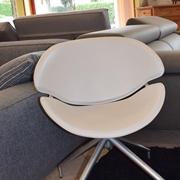 Poltroncina moderna di desiner in ecopelle bianca girevole