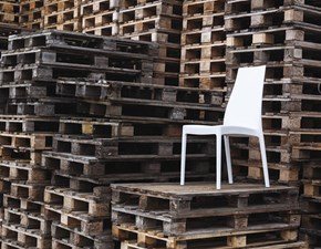 Sedia Altacom modello Fabia. Sedia in polipropilene rinforzato con fibra di vetro. Impilabile, adatta all'uso esterno.