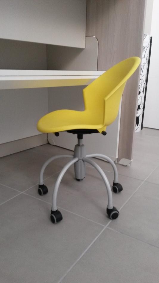 Sedia colorata con ruote da cameretta 40 sedie a for Sedia studio