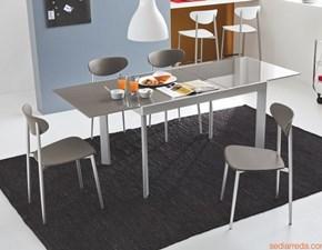 Sedia Connubia modello Graffiti. Sedia con struttura in metallo bianco ottico opaco e sedile in polipropilene bianco ottico opaco.