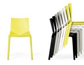 Sedia Kristalia modello Plana. La sedia è in polipropilene rinforzata con vetro. Plana è disponibile in bianco, nero, beige e verde fluo.