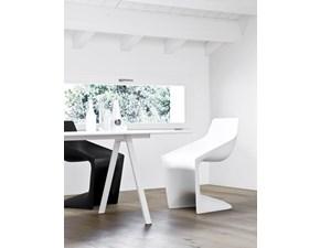 Sedia Kristalia modello Pulp. La sedia ha la struttura in polipropilene disponibile in bianco, nero, beige, rosso corallo e marrone. Pulp è impilabile ed è resistente.