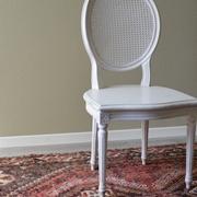 Sedia modello Provenza  in legno massello di Produzione Artigianale. La sedia è rifinita in laccatura Shabby Chic di colore bianco, con schienale realizzata in paglia di Vienna. Scontata del -53%. Offerta Outlet Mobilgross