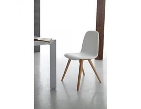 Sedia Santa Lucia modello Debby. La sedia ha la struttura in legno mentre la seduta è in ecopelle disponibile in varie finiture.