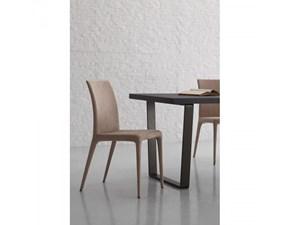 Sedia Santa Lucia modello Nuvola. Nuvola è una sedia con struttura in metallo rivestito in microfibra disponibile nei colori: bianco, kashmir e ferro.