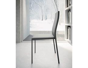 Sedia Zamagna modello Kids. Sedia impilabile con struttura in metallo e rivestimento in ecopelle disponibile in vari colori.