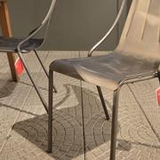 Le Sedie modello Olà di Midj con braccioli e struttura a quattro gambe in finitura Acciaio Industrial. La sedia Olà è impilabile fino ad 4 unità e nella in questa versione risulta adatta anche all'uso esterno. Offerta Outlet Mobilgross. Scontate del - 31%.