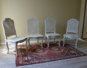 Sedie modello Provenza  in legno massello di Produzione Artigianale. Le sedie sono rifinite in laccatura Shabby Chic di colore bianco, con schienale e seduta realizzati in paglia di Vienna. Scontate del -52%. Offerta Outlet Mobilgross.