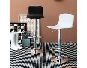 Sgabello Connubia modello Egg. Sgabello con struttura in metallo e sedile in cuoio disponibile in vari colori.