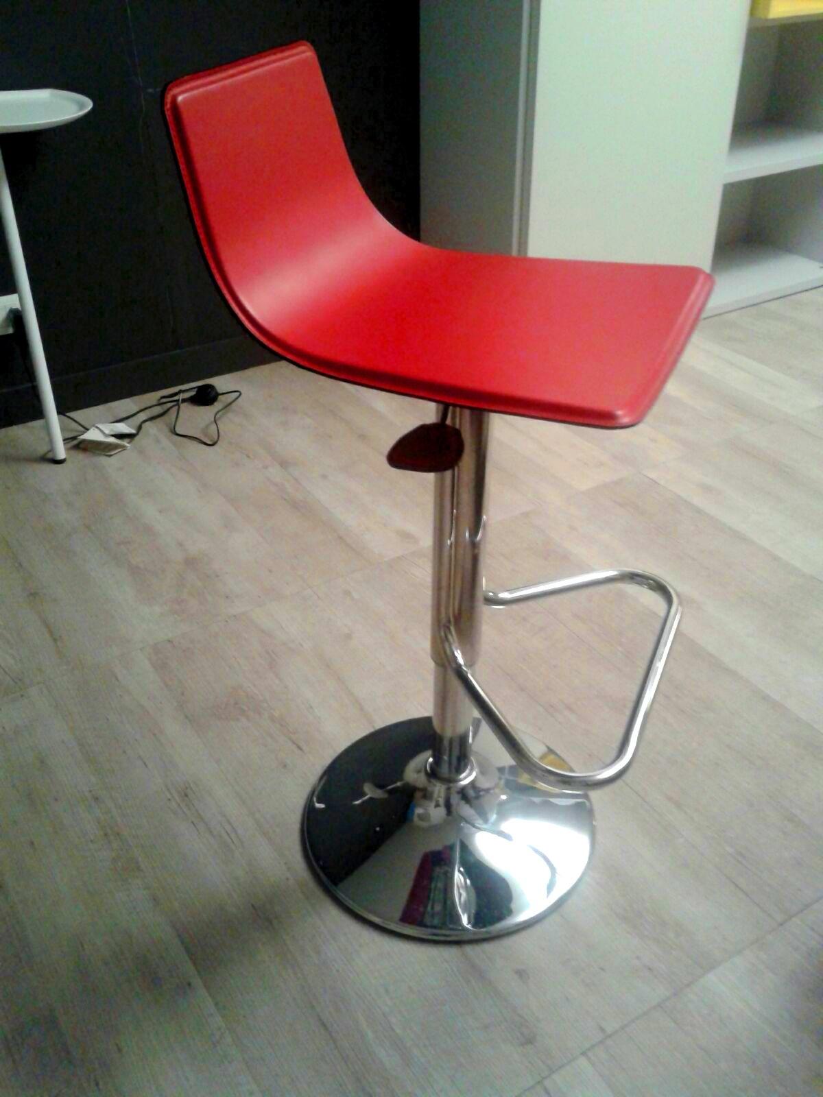 Sgabello design in cuoio tonin casa scontato 60 sedie for Sedie cuoio prezzi